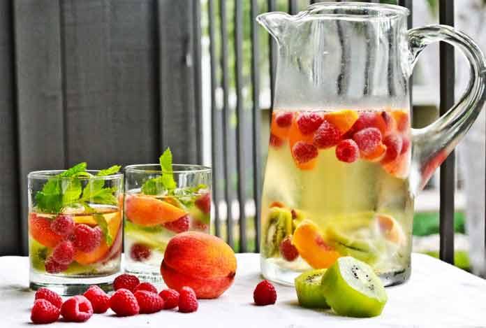 Raspberry kiwi and peach detox water