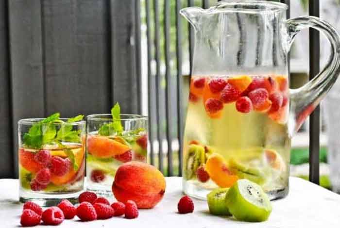 raspberry kiwi and peach detox water