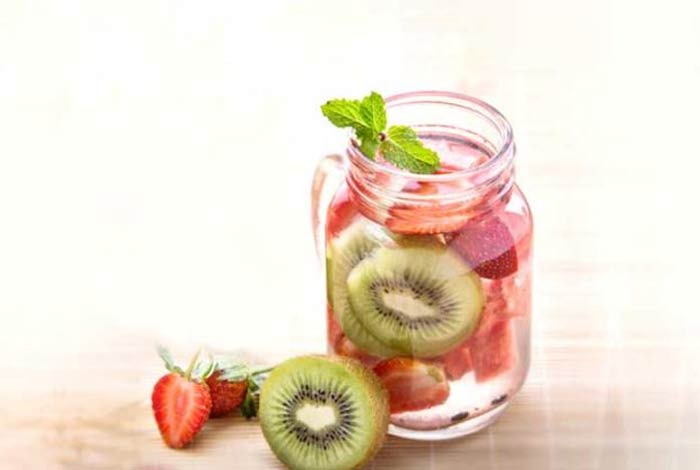 strawberry kiwi detox water